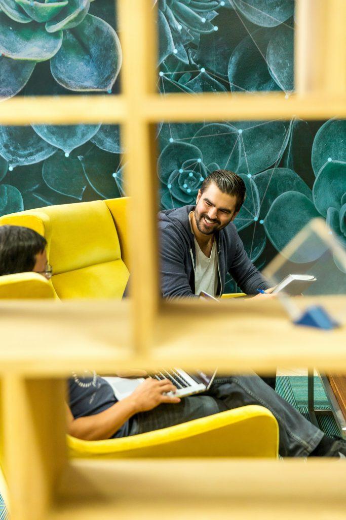 Freier Mitarbeiter redet mit Kollegen